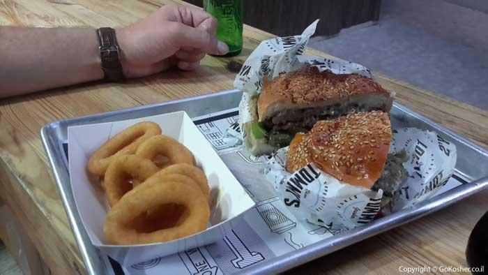 ההמבורגר הקלאסי עם טבעות בצל