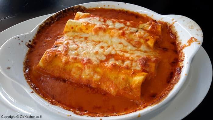 קנלוני ממולא בגבינות וירקות ברוטב עגבניות ושמנת