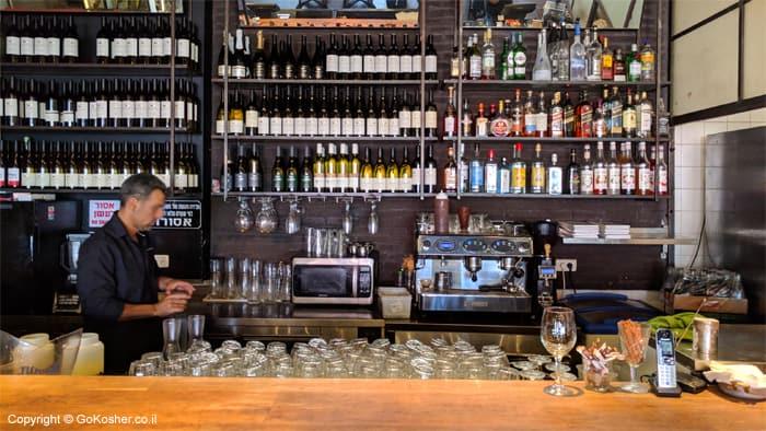 תצוגת יינות ומשקאות חריפים