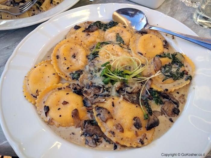 רביולי ברוטב גבינה ופטריות